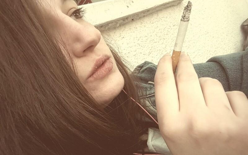 Mladí Češi kouří méně než v minulosti. Výzkumníci ale varují, že je tabákové společnosti lákají na influencery.