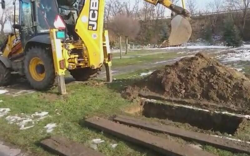Zosnulých v Seredi pochovávajú tak, že ich zasypávajú bagrom.