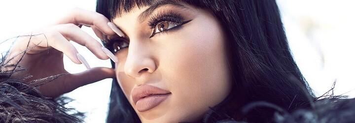 Mladičká Kylie Jenner na provokativních fotografiích pózuje v sexy latexu a odhalila i svůj nahý zadek
