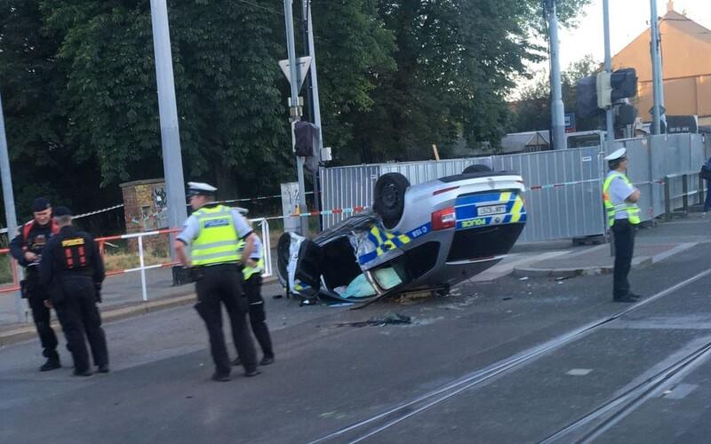 V Praze skončilo po nehodě policejní auto na střeše.