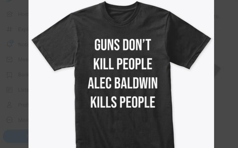 """""""Zbrane ľudí nezabíjajú, Alec Baldwin zabíja ľudí."""" Syn Donalda Trumpa sa predajom tričiek priživuje na tragédii pri natáčaní."""