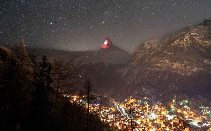 Světlo je naděje, tvrdí Švýcaři. Nasvítili Matterhorn italskou vlajkou, srdcem i důležitými vzkazy.