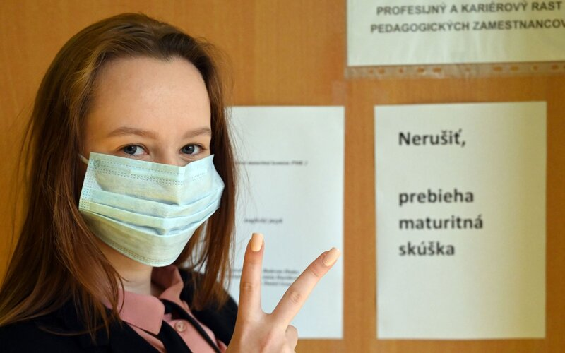 Povinné rúška a rukavice či dvojmetrové rozostupy. Takto vyzerala maturita počas pandémie.