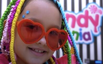 8letá slovenská raperka Lil ASH trhá fejkové bankovky. Nahrála hymnu o skladkostech s duhovými vlasy jako Tekashi