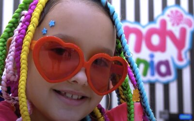 8-ročná slovenská raperka Lil ASH trhá fejkové 500-eurovky. Nahrala hymnu o skladkostiach s dúhovými vlasmi ako Tekashi