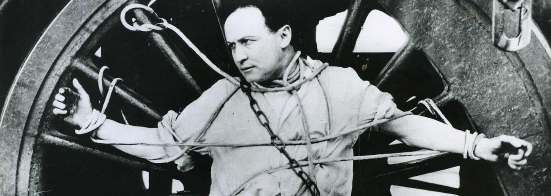 8 vecí zo života slávneho kúzelníka Harryho Houdiniho, ktoré si pravdepodobne nevedel. Kráľ pút miloval aj letectvo
