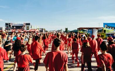 80 tanečníkov v rovnakých červených outfitoch ovládlo Grape festival