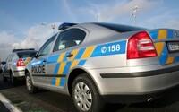 80letá žena i přes zákaz řízení usedla za volant. Strážníkům ujížděla v protisměru