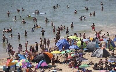 Češi se vrací z dovolené nakažení koronavirem. Může se tím urychlit příchod druhé vlny pandemie.