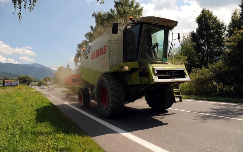 Kombajnérista zabloudil cestou ze žní v Brně. Policisté mu pomohli vrátit se do polí