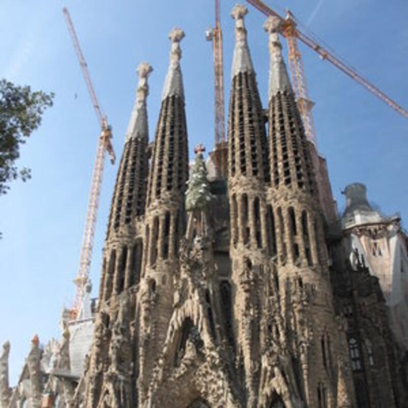 Ktorý slávny umelec stojí za najznámejšími stavbami v Barcelone?