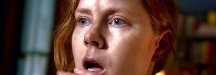 Amy Adams viděla vraždu sousedky. Policie ani vlastní rodina jí však nevěří a hrozí, že se zblázní