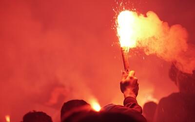Za pyrotechniku na fotbale pokuta až 100 tisíc korun. Přestupkovou novelu schválil Senát.