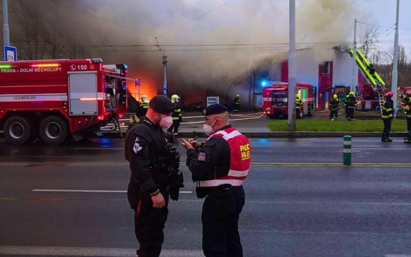Požár v Praze: U hořící haly zasahovalo 60 hasičů, oblak kouře monitoruje vrtulník.