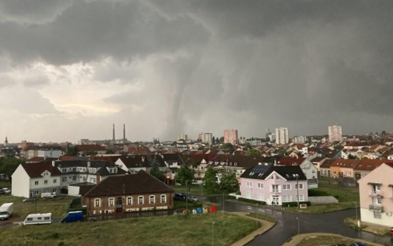 Tornádo na jižní Moravě: Bouře způsobila obrovské škody, nejméně tři lidé zemřeli.