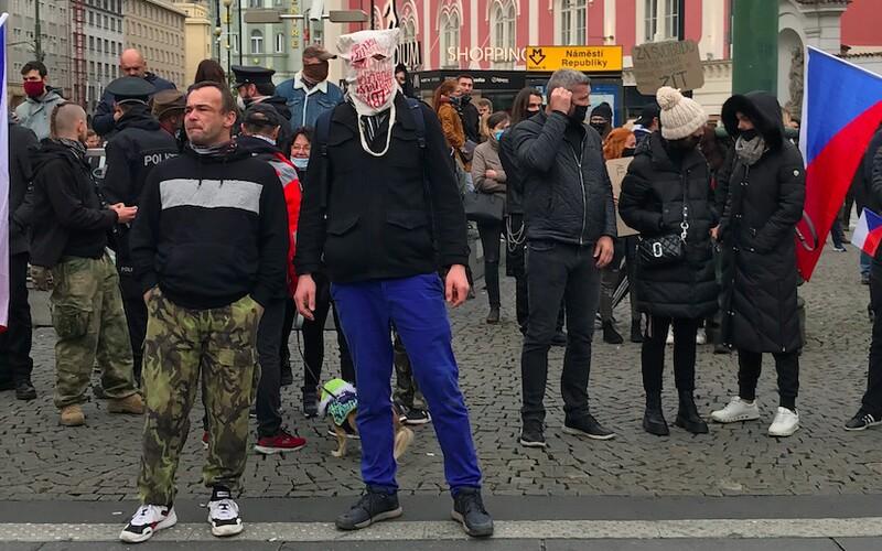 V Praze opět protestovaly stovky lidí. Policie zatkla jednoho člověka.