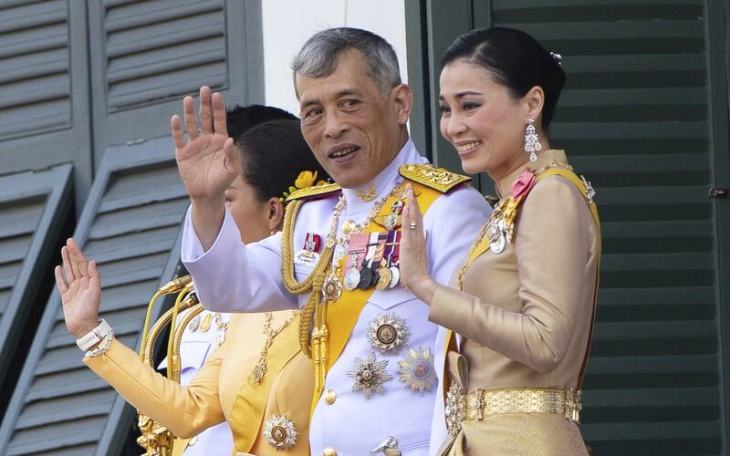 Thajský král se zavřel v německém hotelu s 20 ženami. Doma schytává kritiku.
