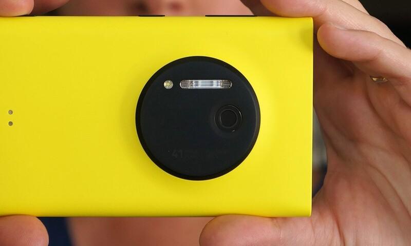 Legenda hlavně vzhledem velmi nestandardního fotoaparátu na rok 2013.