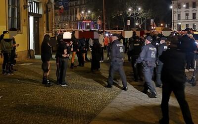 """Polícia rozohnala """"fetiš párty"""", na ktorej bolo 600 ľudí. Nedodržiavali rozostupy."""