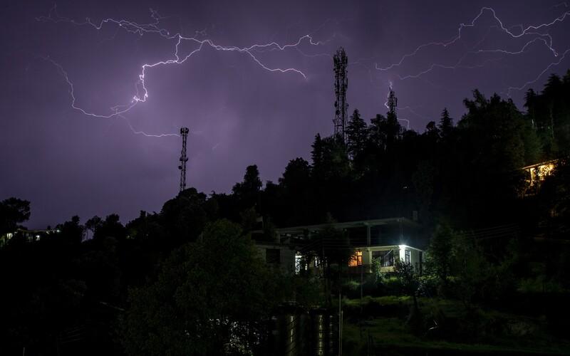 Meteorologové zvýšili výstrahu před pátečními bouřkami. Budou silnější, než se čekalo.