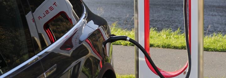 Tesla pracuje na rýchlej nabíjačke pre autá bez živých šoférov. Hi-tech patent odhalil aj externé chladenie