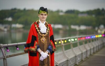 Ve Walesu zvolili prvního nebinárního starostu na světě. Je mu 23 let.