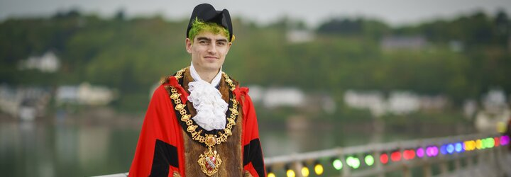 Ve Walesu zvolili prvního nebinárního starostu na světě. Je mu 23 let