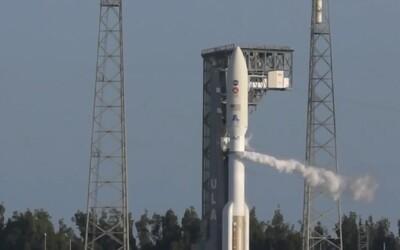 Na Mars letí raketa s robotickým vozidlom a helikoptérou.