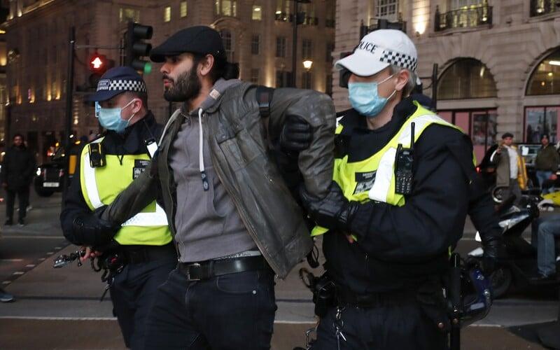 VIDEO: Na protestu proti lockdownu v Londýně zatkli přes 60 osob. Když policie dav rozehnala, začal být agresivní.