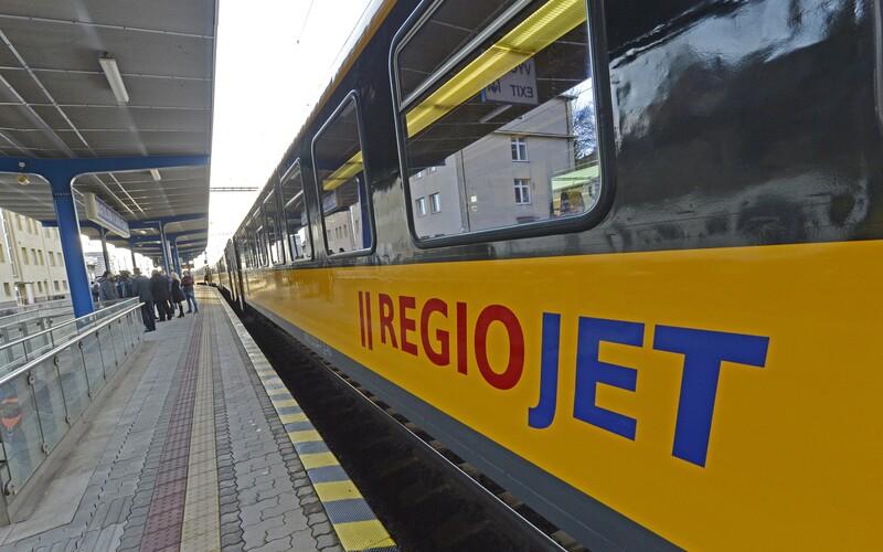 Do vlaku RegioJetu opät nastúpil muž bez rúška. Napádal personál a spôsobil meškanie, vyviedla ho až polícia.