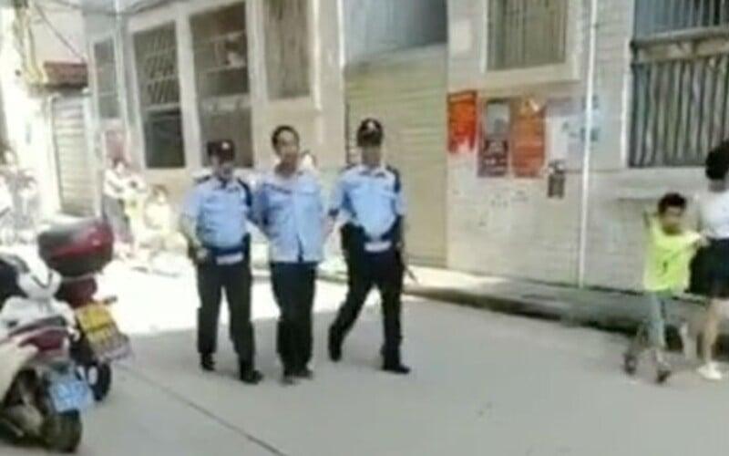 Ochranka školy v Číně útočil na žáky a zaměstnance s nožem v ruce. Zraněno bylo 40 lidí, policie muže už zadržela.