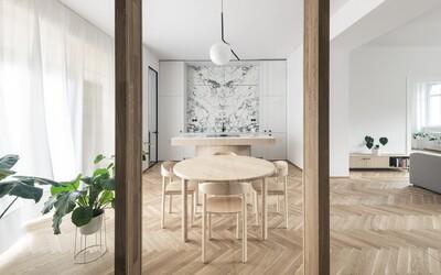 Prinavrátenie atmosféry starej Bratislavy, ale aj moderný dizajn. Nazri s nami do veľkometrážneho bytu neďaleko Slavína