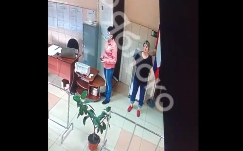 """VIDEO: Sleduj tajomnú ruku, ktorá """"nenápadne"""" hádže lístky do volebnej urny. Pribúdajú svedectvá o falšovaní volieb v Rusku."""