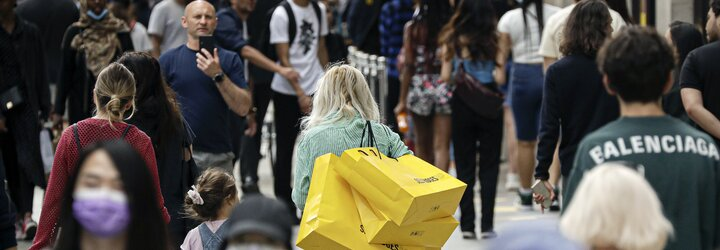 FOTOGALERIE: V Británii otevřeli po třech měsících kamenné obchody s oblečením. Lidi ovládla nákupní horečka