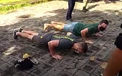 Kdo nenosí roušku, musí na Bali klikovat. Místní úřady chtějí deportovat turisty, kteří nedodržují opatření.