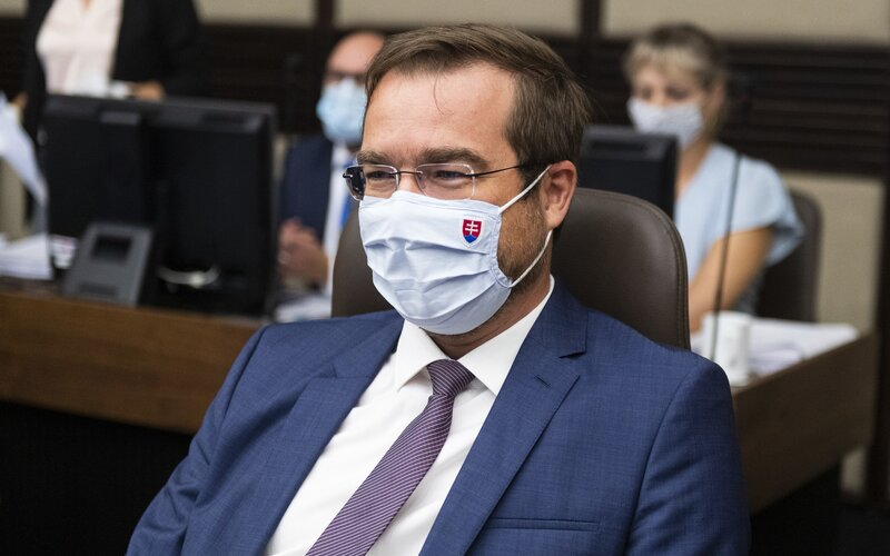 Minister zdravotníctva Krajčí: Navrhneme zaradiť Rakúsko a Maďarsko na zoznam červených krajín. Po návrate budeš musieť mať negatívny test alebo ísť do karantény.