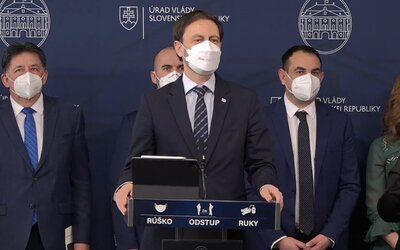 Hlasovanie za odvolanie ministra vnútra Romana Mikulca by bolo porušením koaličnej zmluvy, tvrdí premiér Heger.