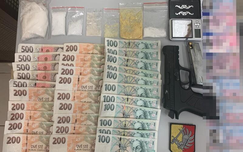 Policisté zadrželi v Praze dealera. Jel pod vlivem bez řidičáku, měl u sebe 70 gramů pervitinu a falešné doklady.