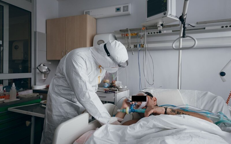 Umírající neočkovaní pacienti mě prosí, abych jim rychle dala vakcínu, je ale příliš pozdě, říká lékařka.