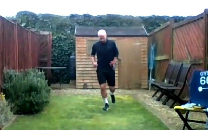 Chlapík beží 42,2-kilometrový maratón vo svojej 6-metrovej záhrade. Zbiera peniaze na pomoc lekárom.