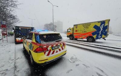 V Praze se srazily dva autobusy, nehoda si vyžádala 7 zraněných.