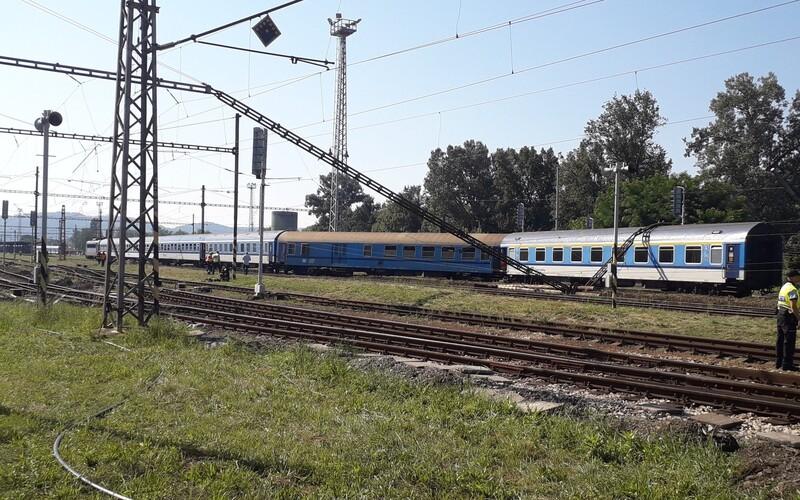 U Brna vykolejil rychlík, z vlaku pomáhají lidem hasiči.