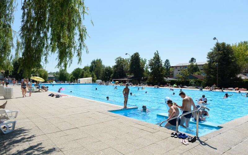 Na bratislavskom kúpalisku v nedeľu zomrela staršia žena. Nie je jasné, či sa utopila, alebo skolabovala z tepla.