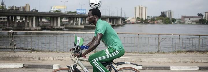 Nigerijec ujel na kole s míčem na hlavě více než 103 kilometrů. Pokusil se tak o zápis do Guinessovy knihy rekordů