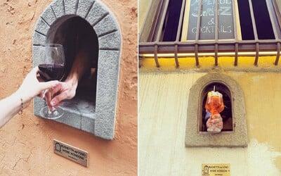 Italové obnovili okénka z dob morové epidemie v 17. století. Slouží na výdej vína.