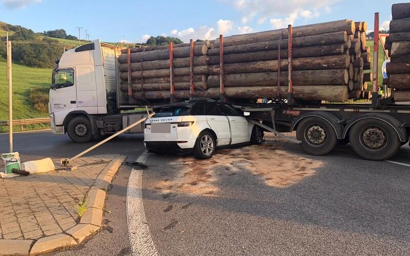 Hrozivá scéna ako z hororového filmu: v Žilinskom kraji sa zrazilo osobné auto s kamiónom.