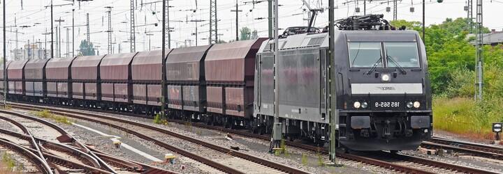 Vykolejený vlak u Kralup omezil desítky spojů. Omezení skončí až v poledne