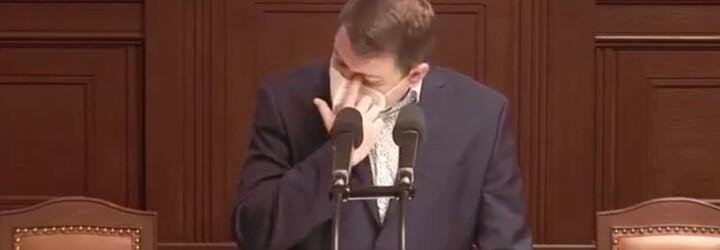 Poslanec Martínek neudržel emoce na uzdě. Při projednávání manželství pro všechny se ve Sněmovně rozplakal