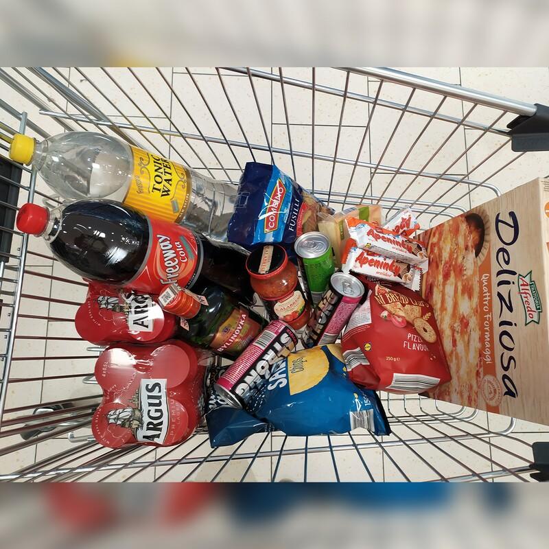 Ešteže bývaš s kamarátmi a môžete si urobiť malú párty spolu doma. Aká je cena tohto nákupu?