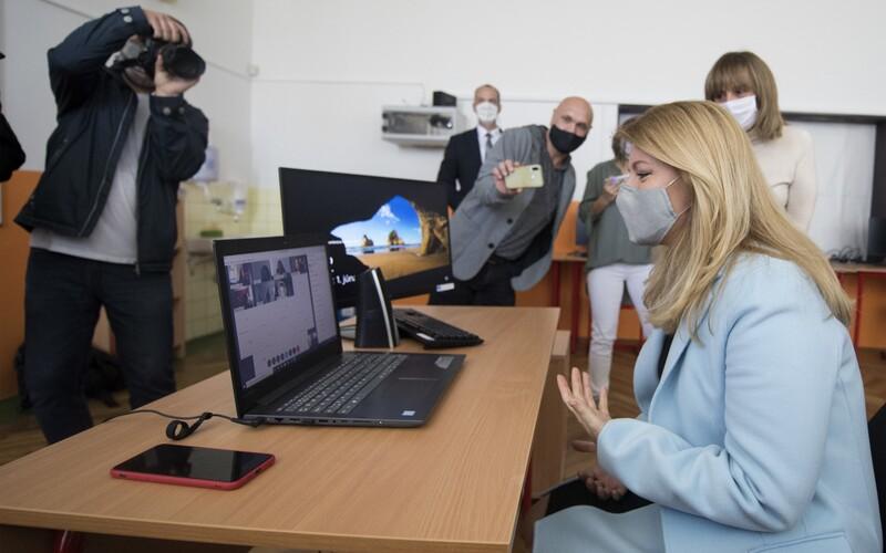 Domáce vyučovanie by sme mohli využívať aj v budúcnosti, vyhlásila prezidentka Čaputová. Online hodinu si rovno vyskúšala.